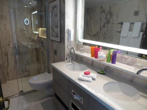 Crystal Suite (Dlx) Bathroom