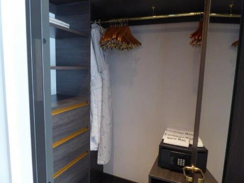 Crystal Suite (Dlx) Closet